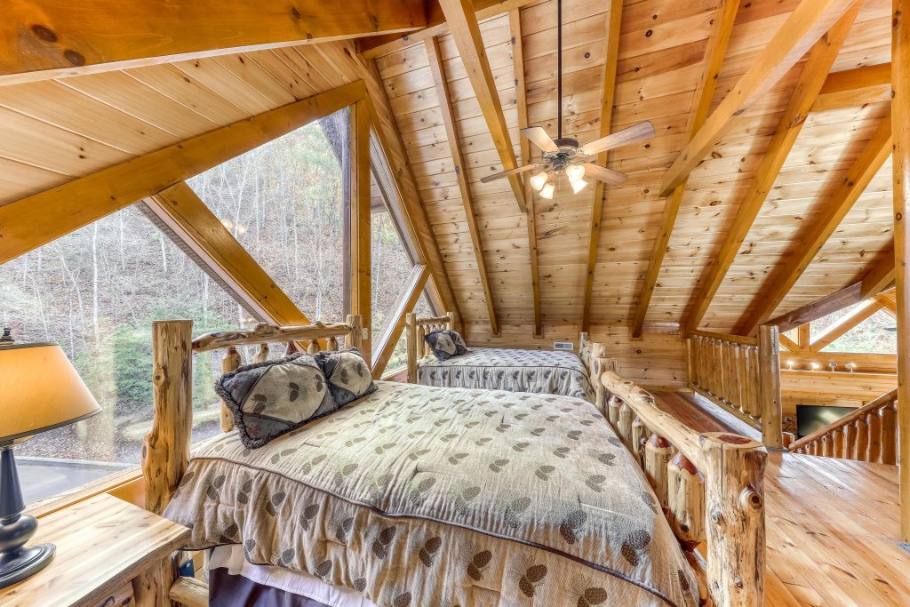 Photo of a Sevierville Cabin named Mountain Cinema Lodge - This is the thirty-ninth photo in the set.