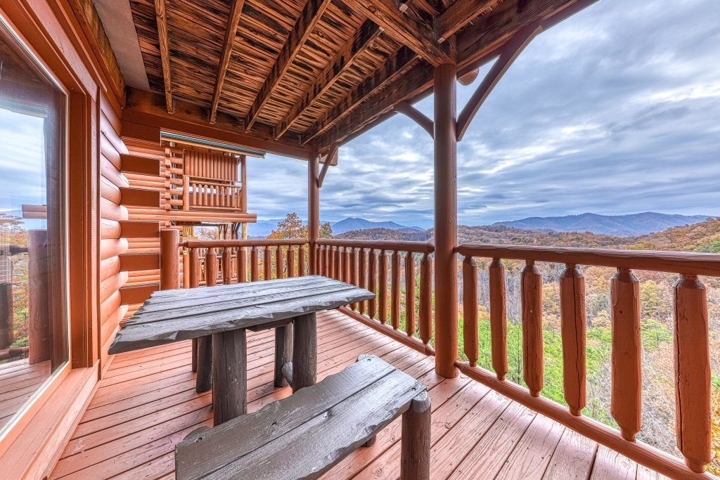 Photo of a Sevierville Cabin named Happy Place - This is the twenty-eighth photo in the set.