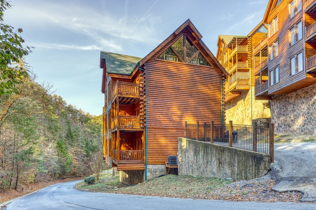 Photo of a Sevierville Cabin named Mountain Cinema Lodge - This is the forty-third photo in the set.
