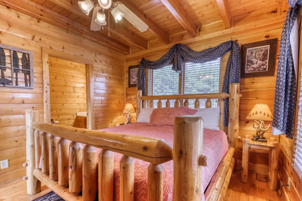 Photo of a Sevierville Cabin named Happy Place - This is the eighteenth photo in the set.