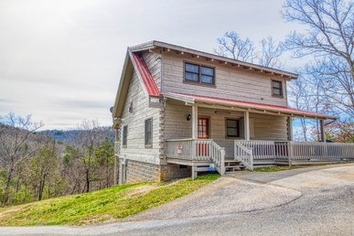 Spacious 1 Bedroom Cabin Close To The Smoky Mountains Main Attractions!
