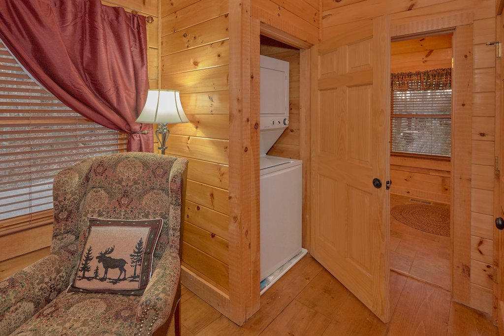 Photo of a Pigeon Forge Cabin named Falling Leaf - This is the twenty-fifth photo in the set.