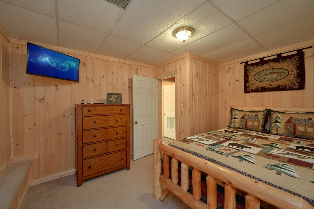 Photo of a Pigeon Forge Cabin named Hickory Lodge - This is the thirtieth photo in the set.