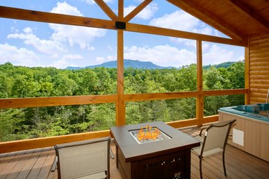 Romantic Cabin With Views, Outdoor Living Room, Fire Pit, Hot Tub, Upgrades!