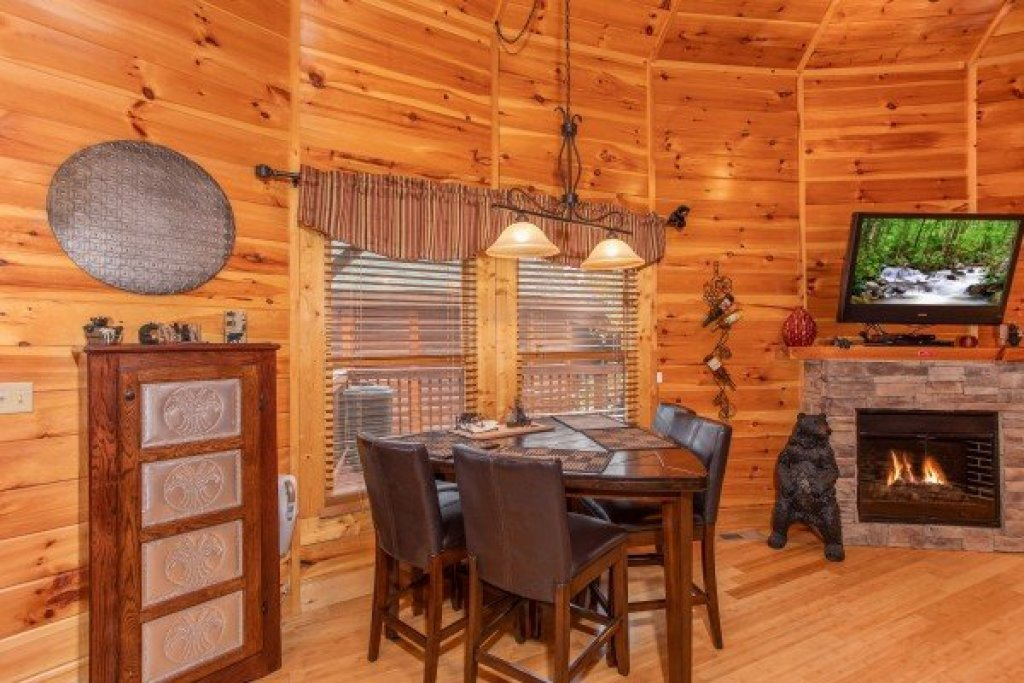 Photo of a Sevierville Cabin named Bears Cove - This is the fifth photo in the set.