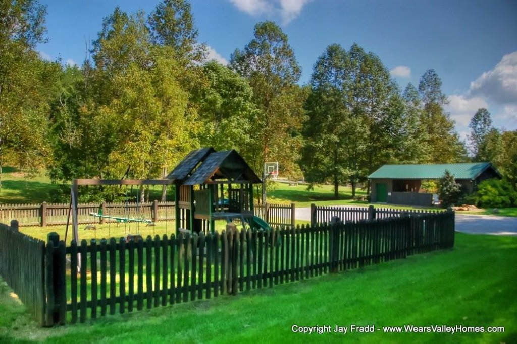 Photo of a Sevierville Cabin named Poolin Around - This is the fifty-eighth photo in the set.