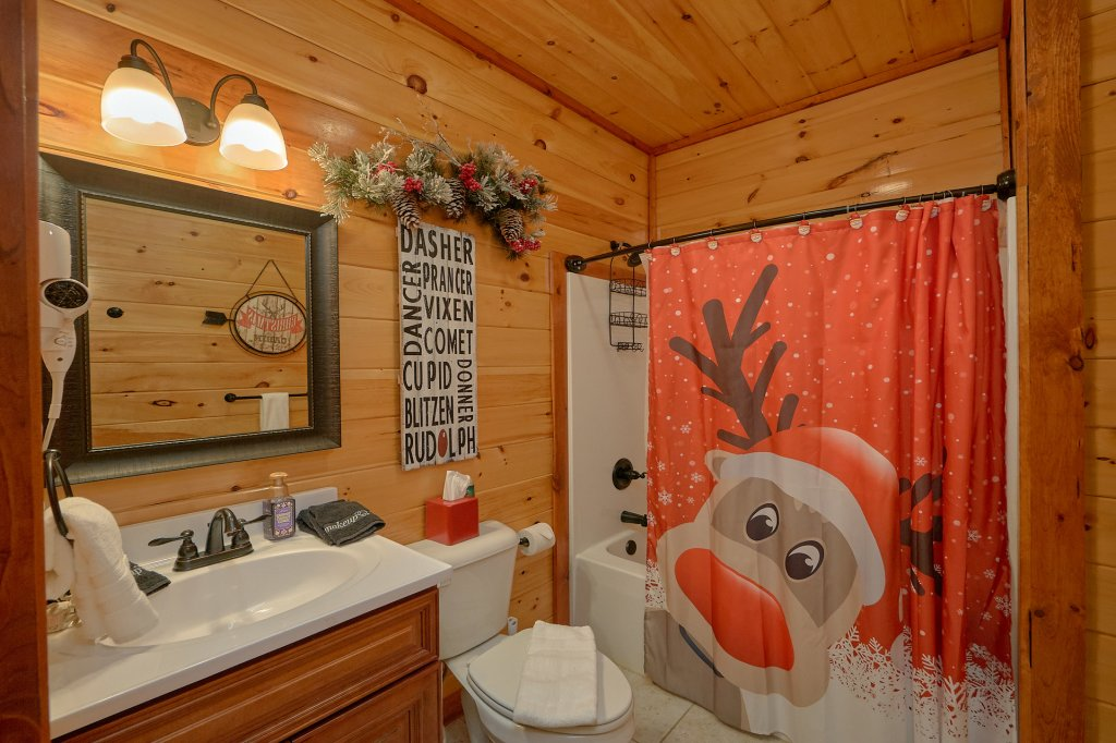 Photo of a Pigeon Forge Cabin named Reindeer Bay - This is the twenty-eighth photo in the set.