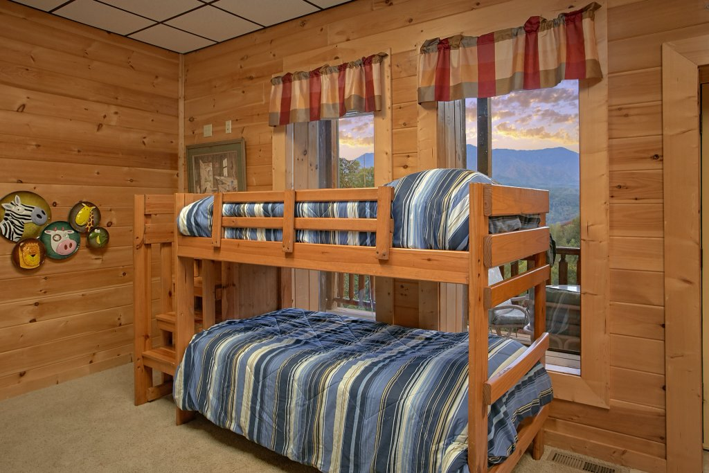 Photo of a Gatlinburg Cabin named Splash Mansion #500 - This is the thirty-fifth photo in the set.