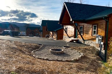 Free Tickets | New Construction! Upscale Cabin - 1.5 Mi To Downtown! Hot Tub