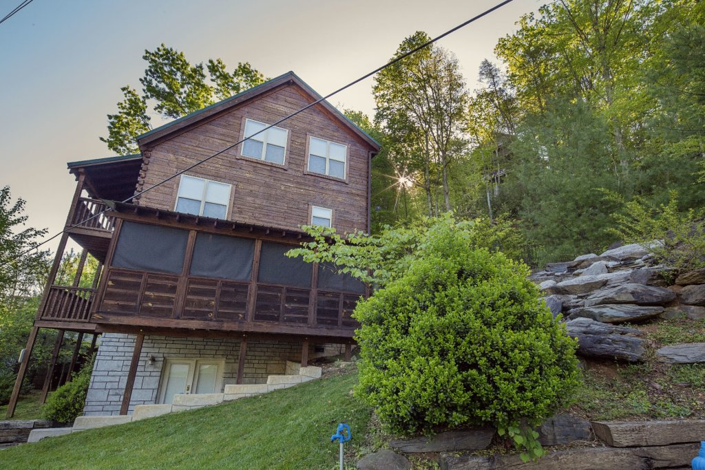 Photo of a Pigeon Forge Cabin named Cinema Falls - This is the two thousand four hundred and eighty-second photo in the set.