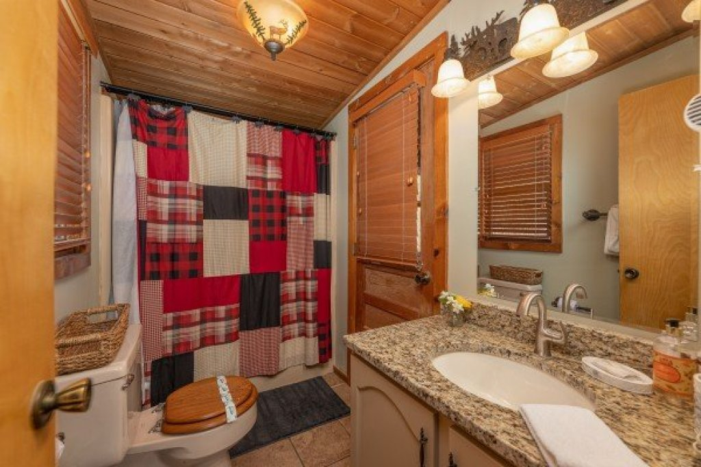 Photo of a Sevierville Cabin named Snuggle Inn - This is the seventeenth photo in the set.