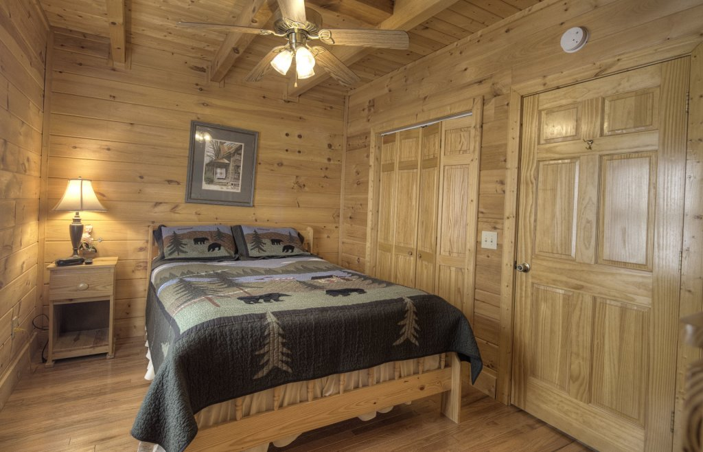 Photo of a Gatlinburg Cabin named Point Of View - This is the eight hundred and sixty-sixth photo in the set.