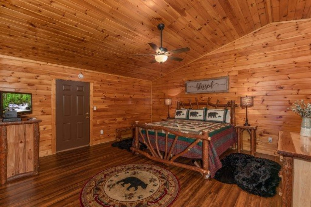 Photo of a Pigeon Forge Cabin named Hawk's Heart Lodge - This is the ninth photo in the set.