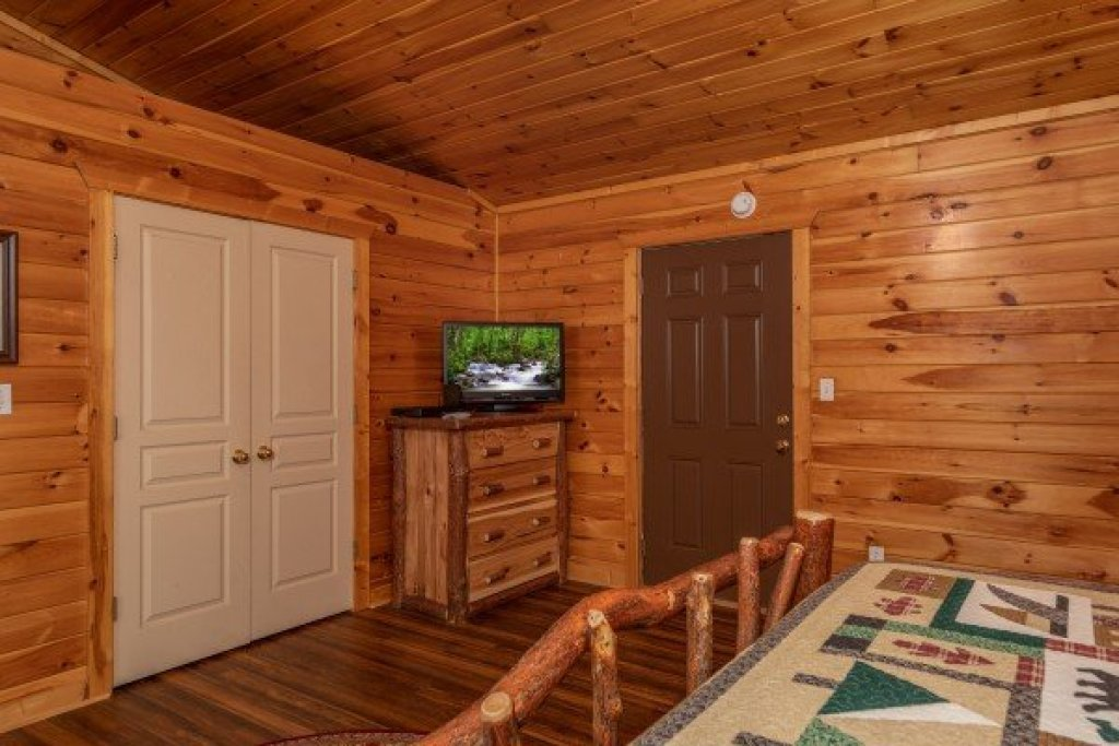 Photo of a Pigeon Forge Cabin named Hawk's Heart Lodge - This is the tenth photo in the set.
