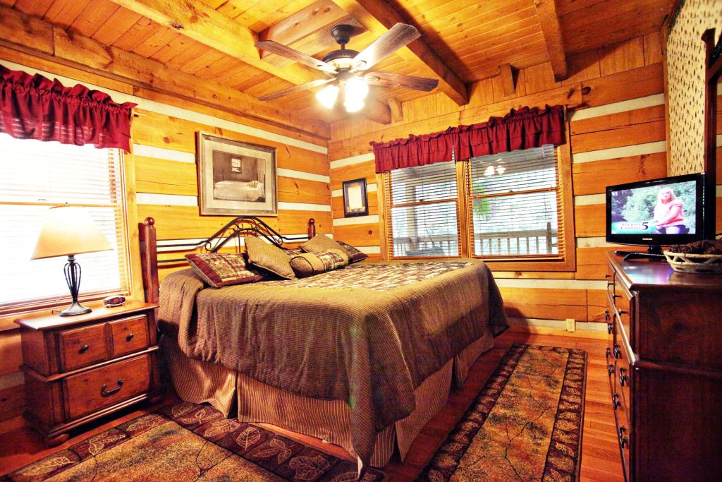 Photo of a Pigeon Forge Cabin named The Loon's Nest (formerly C.o.24) - This is the nine hundred and seventy-fifth photo in the set.