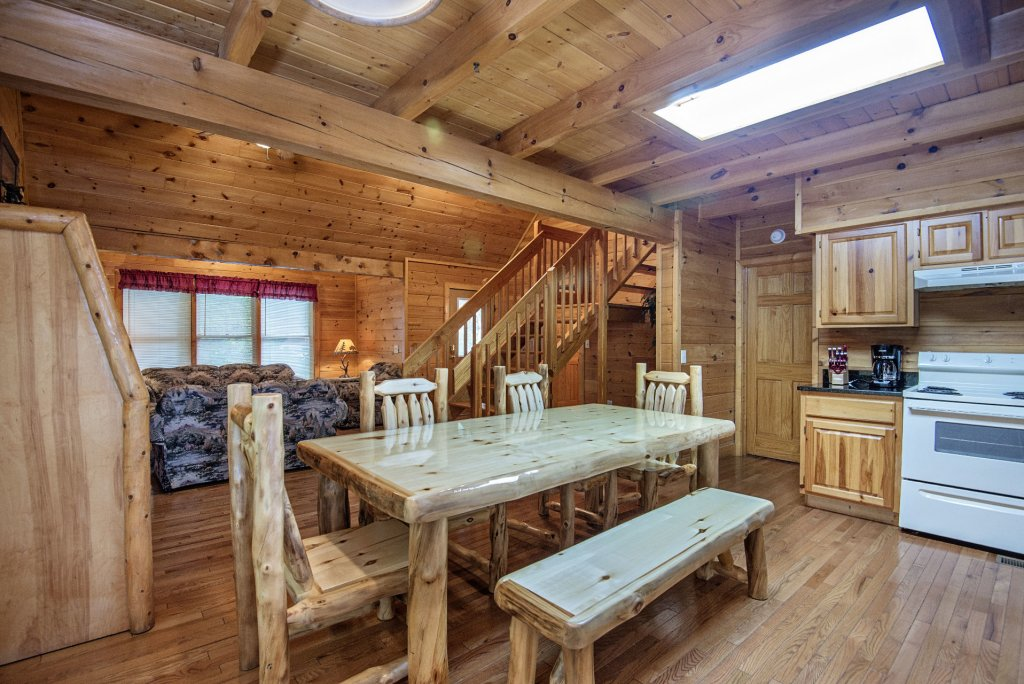 Photo of a Gatlinburg Cabin named Point Of View - This is the four hundred and eighty-seventh photo in the set.