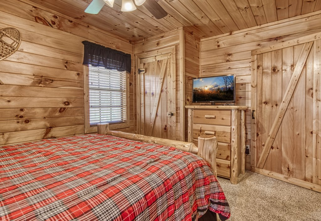 Photo of a Pigeon Forge Cabin named Shamrock Lodge #215 - This is the fourteenth photo in the set.