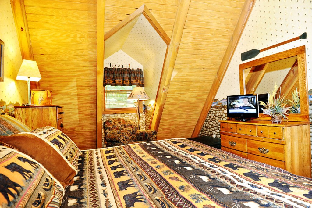 Photo of a Pigeon Forge Cabin named The Loon's Nest (formerly C.o.24) - This is the six hundred and eighty-first photo in the set.