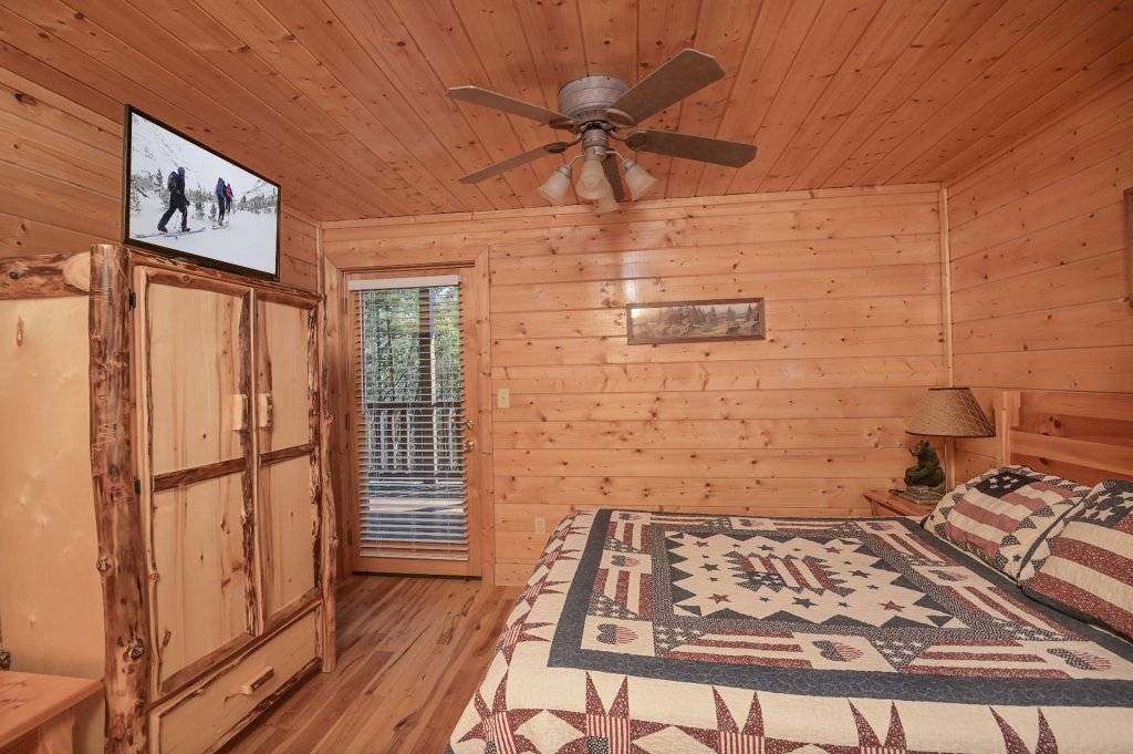 Photo of a Sevierville Cabin named Hillside Retreat - This is the one thousand two hundred and eighth photo in the set.