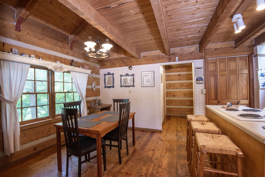 Photo of a Pigeon Forge Cabin named Valhalla - This is the one thousand four hundred and seventeenth photo in the set.