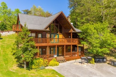 A 6 Bedroom, 5 Bathroom Luxury Cabin For 16 Only 100 Yards From A Indoor Pool.