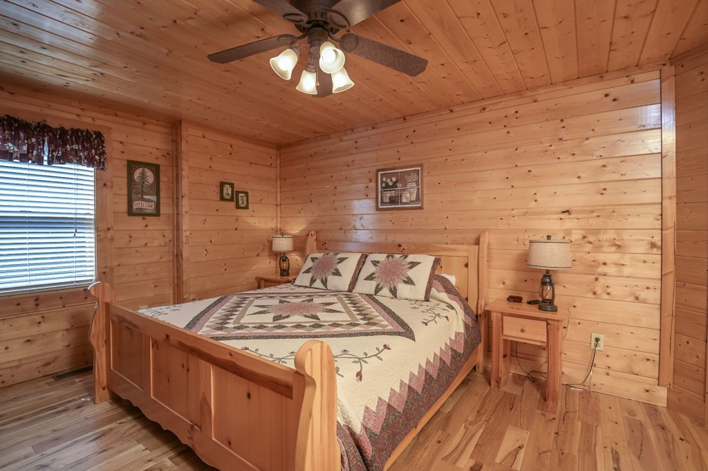 Photo of a Sevierville Cabin named Hillside Retreat - This is the one thousand five hundred and eighty-seventh photo in the set.
