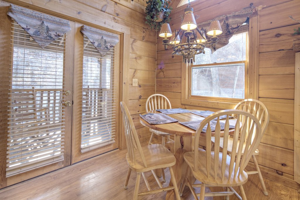 Photo of a Pigeon Forge Cabin named  Creekside - This is the three hundred and sixty-ninth photo in the set.