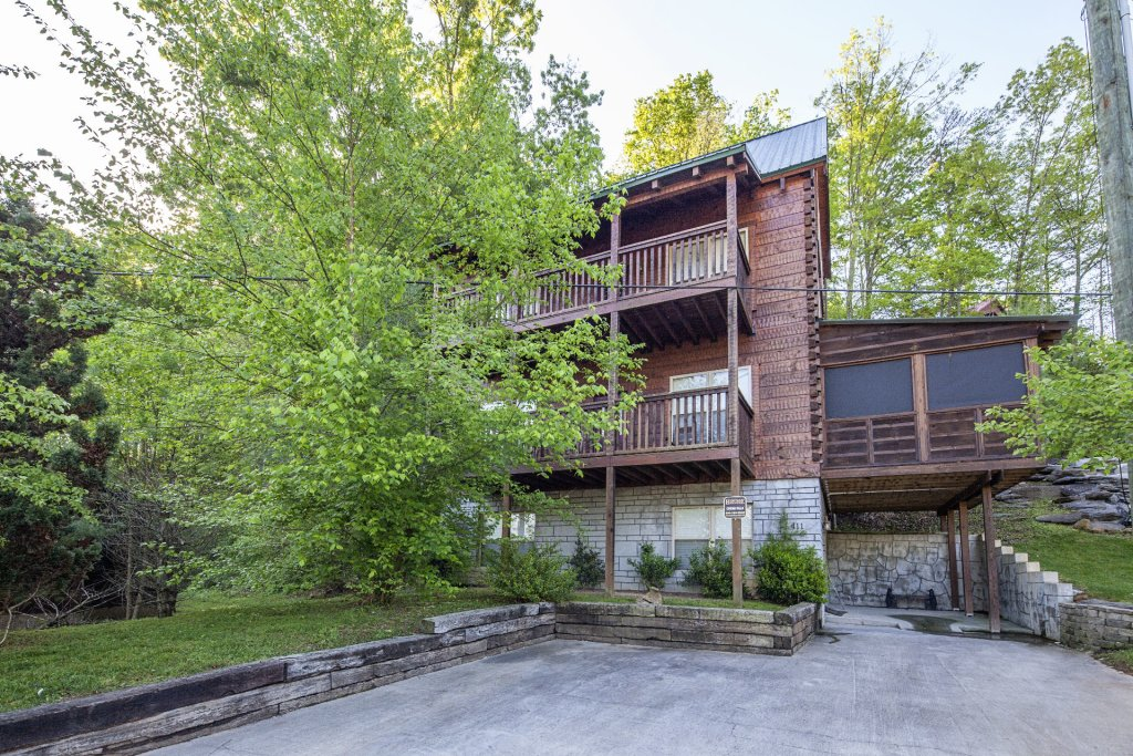 Photo of a Pigeon Forge Cabin named Cinema Falls - This is the two thousand six hundred and thirty-second photo in the set.