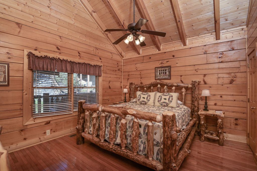 Photo of a Sevierville Cabin named Hillside Retreat - This is the seven hundred and thirty-second photo in the set.