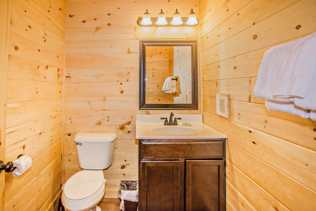 Photo of a Pigeon Forge Cabin named A Bear's Alpine Splash - This is the eighteenth photo in the set.