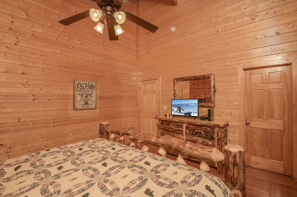 Photo of a Sevierville Cabin named Hillside Retreat - This is the eight hundred and thirty-fifth photo in the set.