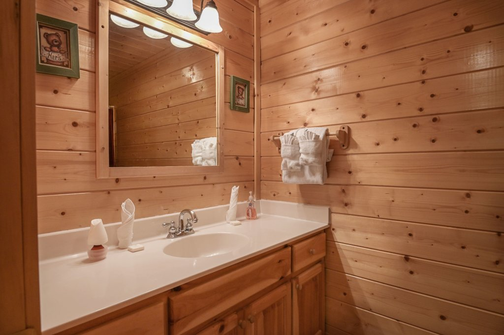 Photo of a Sevierville Cabin named Hillside Retreat - This is the one thousand eight hundred and thirty-sixth photo in the set.