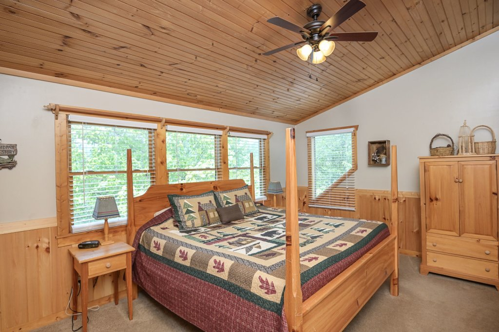 Photo of a Pigeon Forge Cabin named  Best Of Both Worlds - This is the two thousand three hundredth photo in the set.