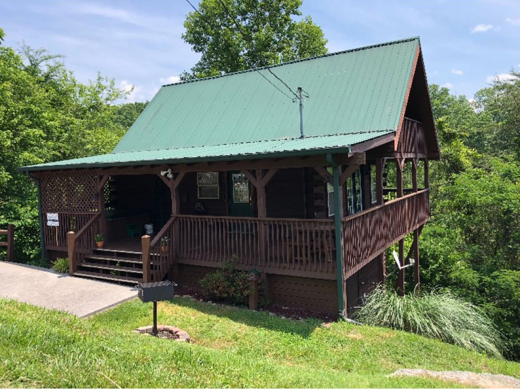Photo of a Sevierville Cabin named Bears, Turkeys, And Deer Oh My! - This is the one hundredth photo in the set.