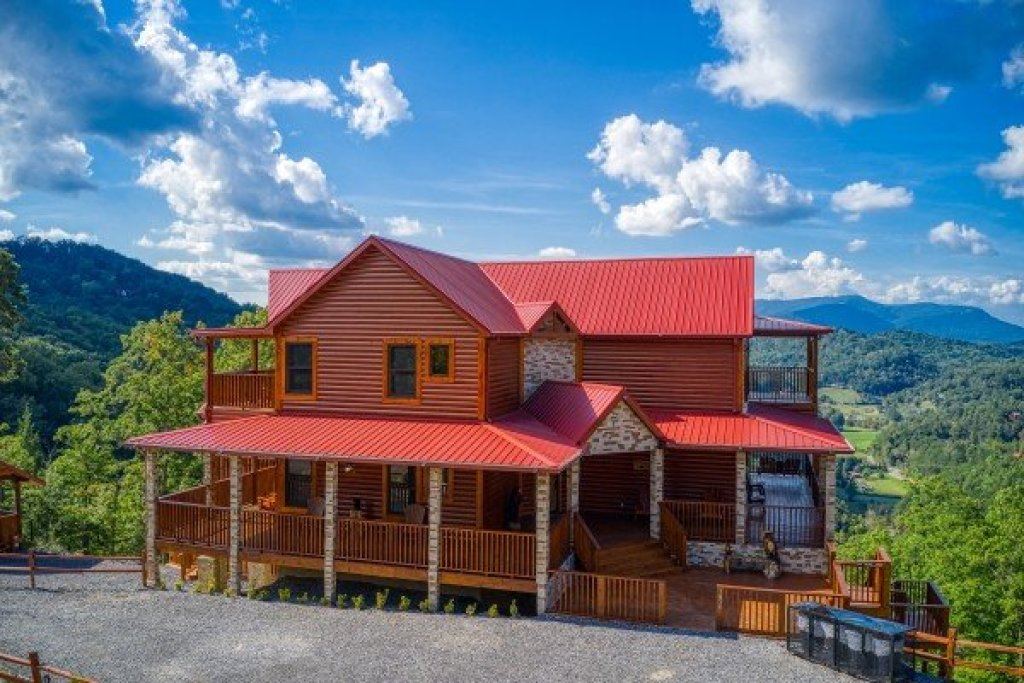 Photo of a Sevierville Cabin named Four Seasons Palace - This is the third photo in the set.