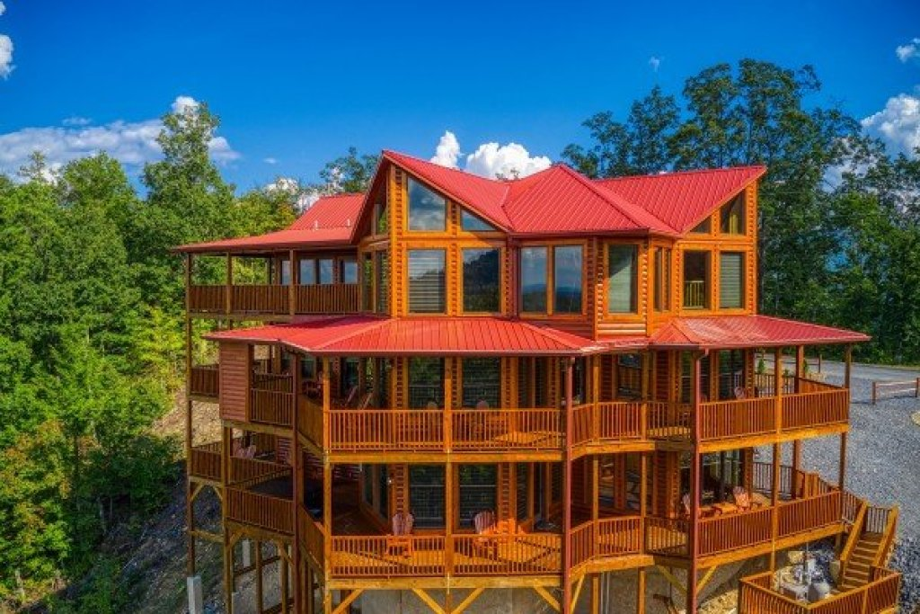 Photo of a Sevierville Cabin named Four Seasons Palace - This is the second photo in the set.