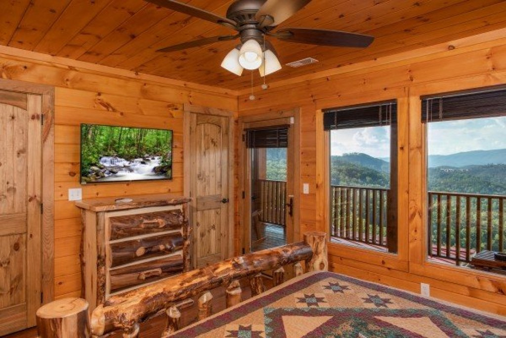 Photo of a Sevierville Cabin named Four Seasons Palace - This is the sixteenth photo in the set.