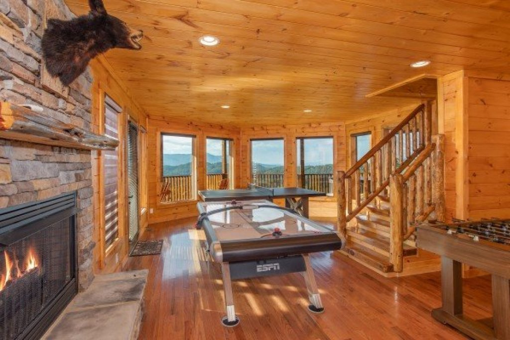 Photo of a Sevierville Cabin named Four Seasons Palace - This is the fortieth photo in the set.