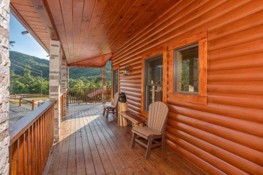 Photo of a Sevierville Cabin named Four Seasons Palace - This is the twenty-third photo in the set.
