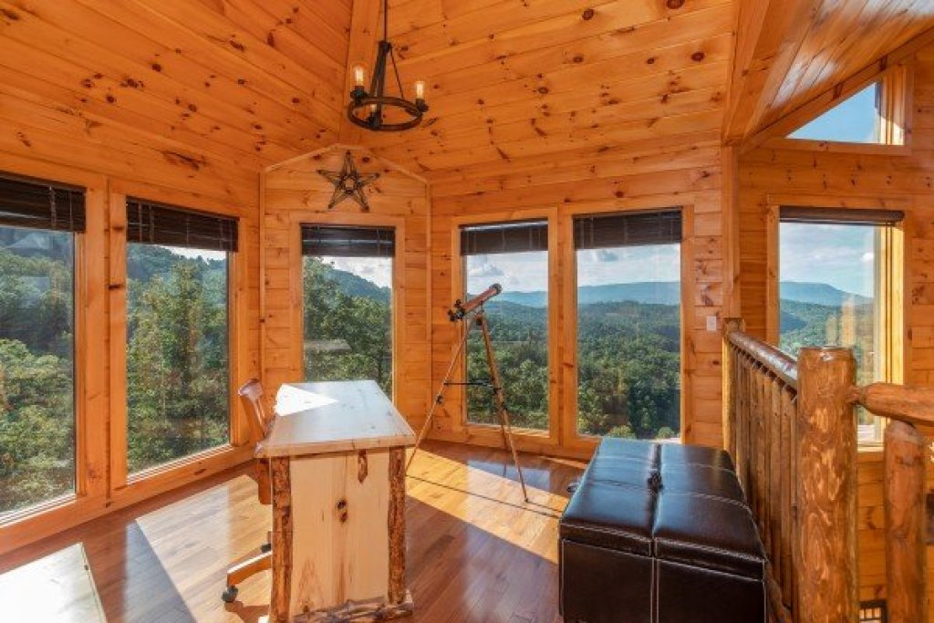 Photo of a Sevierville Cabin named Four Seasons Palace - This is the thirty-first photo in the set.