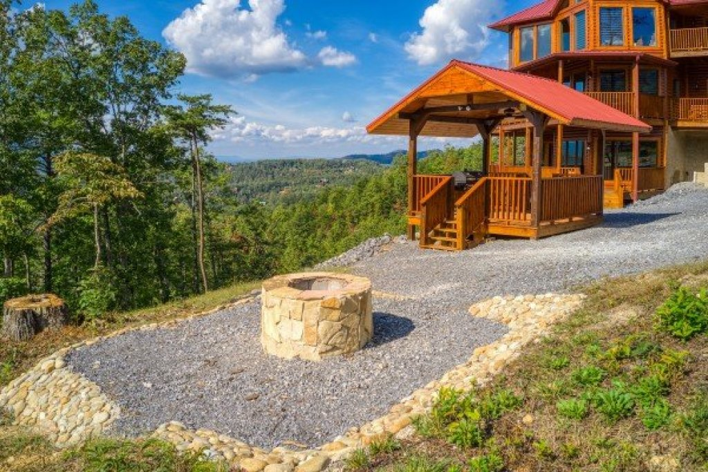 Photo of a Sevierville Cabin named Four Seasons Palace - This is the forty-third photo in the set.