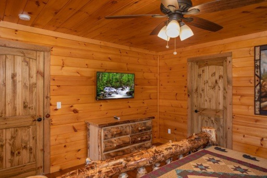 Photo of a Sevierville Cabin named Four Seasons Palace - This is the fifty-second photo in the set.
