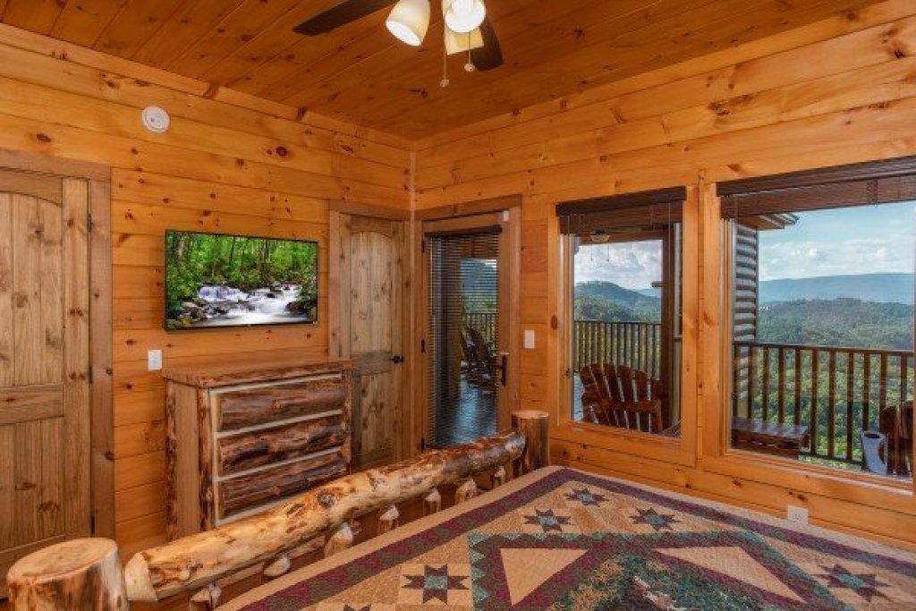 Photo of a Sevierville Cabin named Four Seasons Palace - This is the forty-sixth photo in the set.