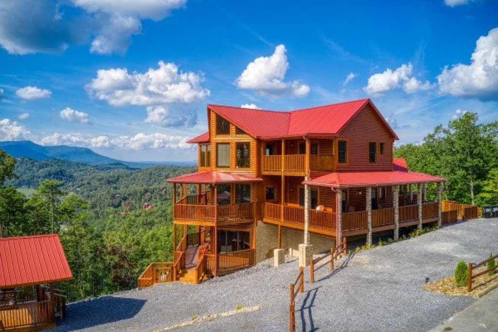 Photo of a Sevierville Cabin named Four Seasons Palace - This is the fifty-fourth photo in the set.