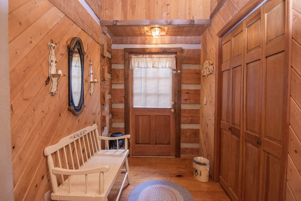Photo of a Pigeon Forge Cabin named Valhalla - This is the one thousand four hundred and forty-sixth photo in the set.