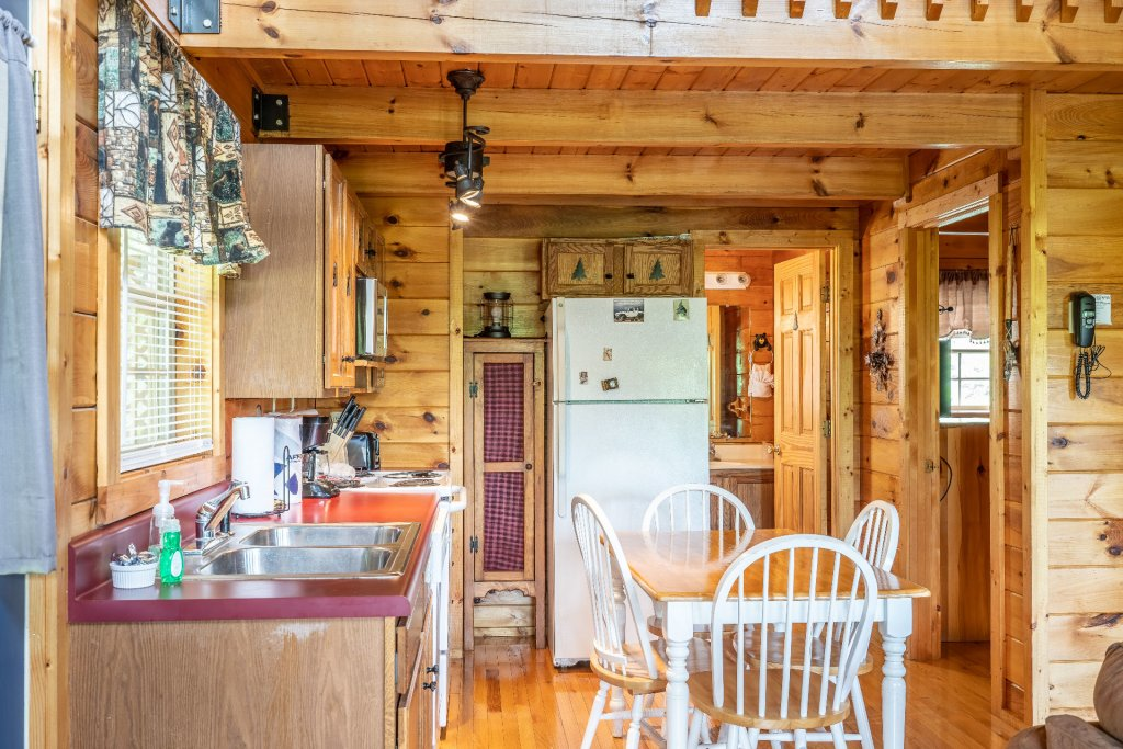 Photo of a Sevierville Cabin named Bears, Turkeys, And Deer Oh My! - This is the five hundred and seventy-second photo in the set.