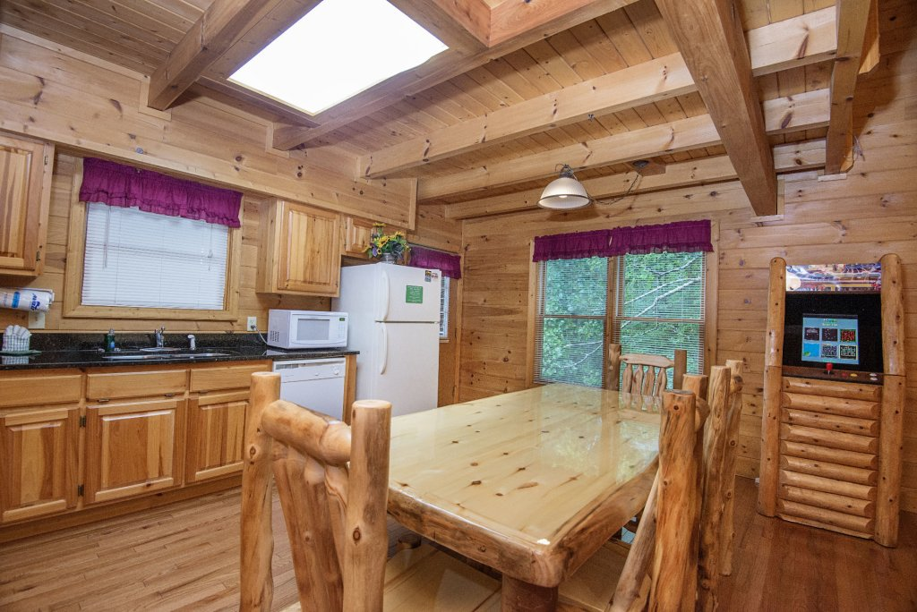 Photo of a Gatlinburg Cabin named Point Of View - This is the six hundred and thirteenth photo in the set.