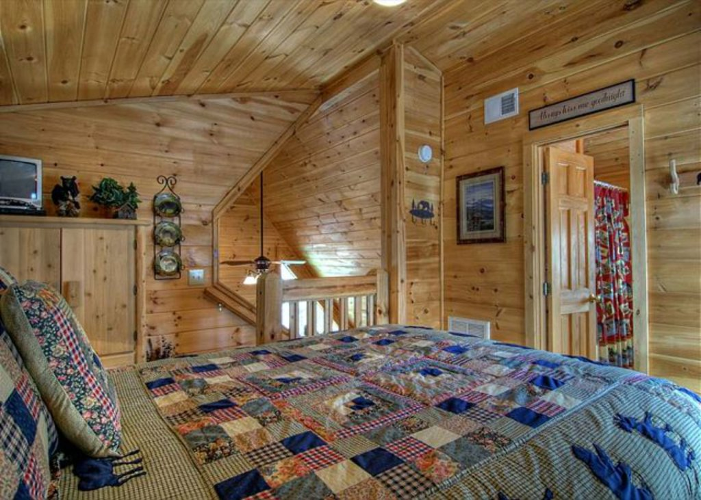 Photo of a Pigeon Forge Cabin named Mystic Mountain - This is the four hundred and thirty-seventh photo in the set.
