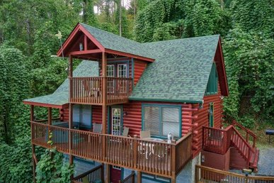 3 Bedroom, 3 Bath Deluxe Cabin For 9. Semi-secluded But An Easy Walk To Town!