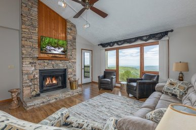 A 3 Bedroom, 3 Bathroom, Luxury Condo For 9 With Sweeping Mountain Views.